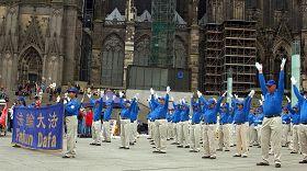'歐洲天國樂團的學員們展示功法'