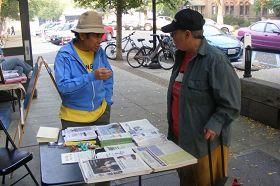 法輪功學員在集市上設立攤位,傳播大法真相