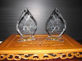 '法輪功團體參加第六十三屆圖文巴市花節大遊行,獲得「花節大遊行優勝獎」和「最優秀樂團獎」。'