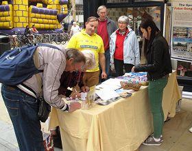 金斯頓嘉年華節上,人們紛紛簽名聲援法輪功反迫害