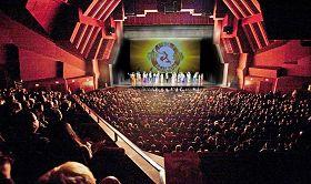 '神韻巡迴藝術團於二零一三年一月十八日至二十日在加州橙縣藝術中心上演了五場演出。圖為二零一三年一月十九日晚的現場觀眾。'
