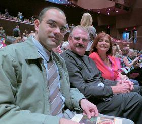 '蓋瑞•查伍德先生(中)偕太太、以及朋友朱羅啟一同前來橙縣表演藝術中心,觀看了一月二十日下午神韻演出。'
