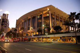 '神韻巡迴藝術團在洛杉磯音樂中心多羅西.錢德勒劇院(DorothyChandlerPavilion)於二零一三年一月二十七日的四場演出,場場爆滿,尤其是週六、週日的演出一票難求。眾多影視界名流慕名前來觀賞。'