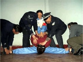 發生在心理諮詢室的酷刑演示圖:劈叉