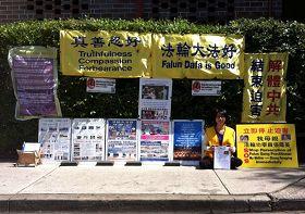 麗莎在悉尼中領館前揭露中共迫害,呼籲營救被中共非法關押的母親張鳳英