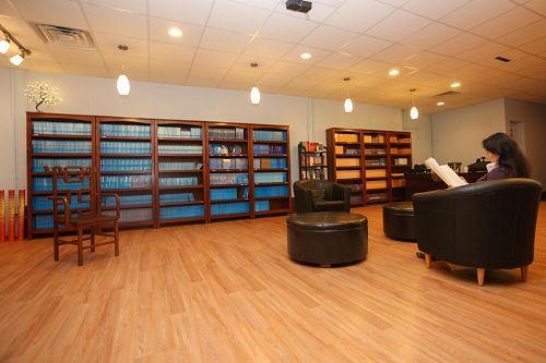 '圖:法輪大法(又稱法輪功)書籍及音像品專賣店──天梯書店在紐約曼哈頓中城繁華地段開張。'