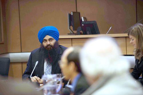 加拿大多元文化事務部長提姆•厄普鼓勵受迫害的人們說出他們的遭遇