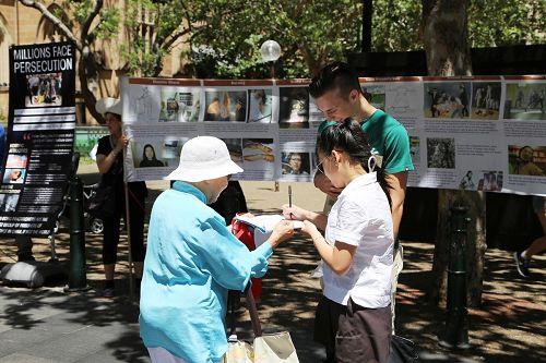 '世界人權日悉尼市政廳廣場前喬治街上的民眾簽名支持反活摘'