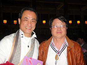 八八TV全民電視網業務部總經理吳來發先生(右)偕同友人一同觀賞神韻演出。