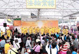 腰鼓隊表演吸引大批民眾駐足觀賞