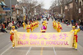 法輪功學員組成的遊行隊伍腰鼓隊,為人們帶來中華傳統文化元素