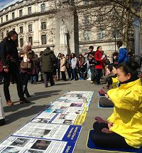 '法輪功學員在倫敦聖馬丁廣場煉功、講真相、徵簽'