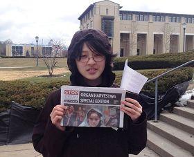卡內基大學華裔學生為義工迎擊風雪堅持傳播真相所感動,陪伴在義工身邊久久不願離去