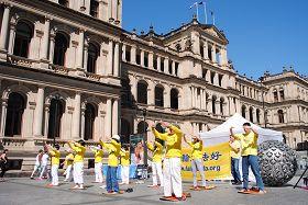 澳洲法輪功學員在布里斯本廣場展示法輪功功法