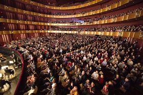 神韻紐約藝術團在紐約林肯中心大衛寇克劇院的十一場演出盛況空前。圖為四月二十七日演出大爆滿的盛況。