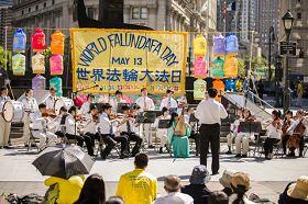 小管弦樂隊於紐約曼哈頓富利廣場表演