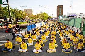法輪功學員在紐約中領館對面的廣場上和平抗議中共迫害