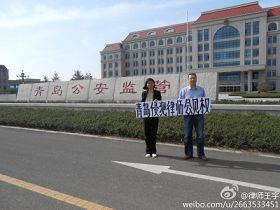律師持橫幅抗議。