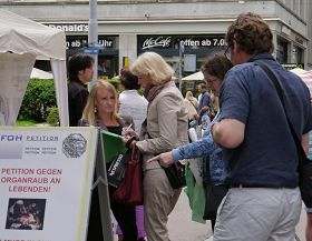 '圖2:蘇黎世街頭,人們簽名譴責中共活摘器官'
