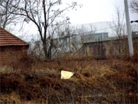 監獄東牆外的荒涼環境,可看見監獄裏的樓