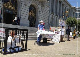 '舊金山法輪功學員在市政府前舉辦真人演示的「反酷刑展」,揭露迫害,呼籲制止迫害。'