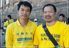 '圖4:越南裔學員范恩和宏科參加哥本哈根的法輪功遊行'