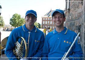 '圖6:歐洲天國樂團成員、德國法輪功學員迪馬(右)和斯特凡'
