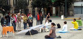 Porto的民眾在市政府廣場前看功法演示和真相展板
