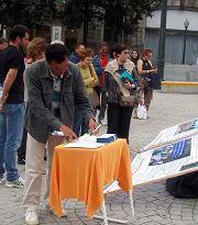Porto的民眾在市政府廣場前看真相展板,簽名反對活摘器官