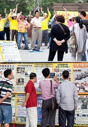 台灣景點上有很多陸客主動索要材料,用平板電腦把真相展版拍照帶回去給親朋看。