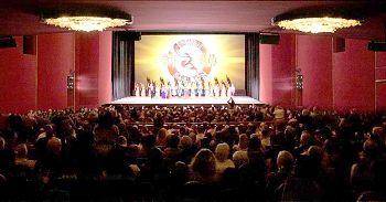 二零一四年一月二十一日至二十六日,神韻紐約藝術團在美國首府華盛頓DC肯尼迪藝術中心歌劇院上演七場。其中包括美國聯邦政府官員、國務院資深外交官、多國駐美外交使節、前國會參、眾議員、商界、藝術界名流,家喻戶曉的好萊塢影星等主流社會各界民眾,還有來美國旅遊探親的華人。