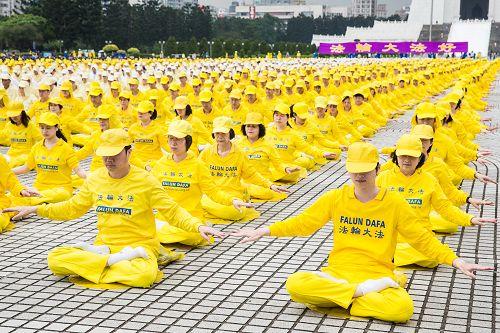圖1-4:二零一四年台灣逾六千人於自由廣場排字、煉功,歡慶世界法輪大法日,場面壯觀震撼。