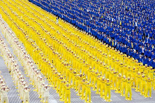 六千多名法輪功學員於現場展示祥和的五套功法,周圍民眾不僅拿起相機紛紛拍照,也舉起手來跟著一起學煉。