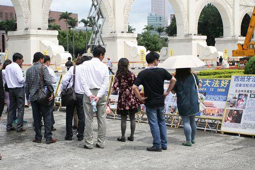 大陸、香港、馬來西亞、新加坡遊客,駐足在真相圖片前觀看