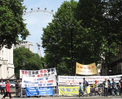 圖1-3:二零一四年六月十七日,英首相卡梅倫與到訪的中共總理李克強會見,法輪功學員從早八點到晚上六點在英國首相府大門對面進行和平抗議。
