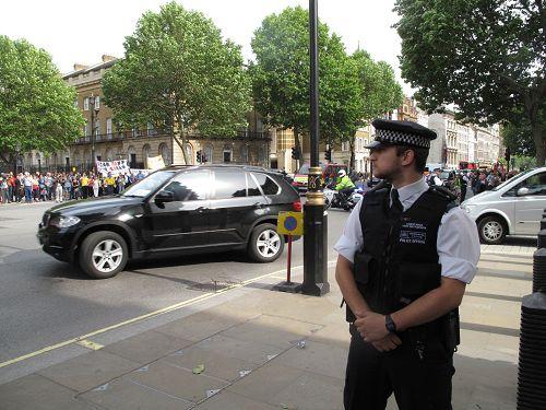 圖4:當天下午李克強的車隊離開首相府時,在抗議人群前經過。