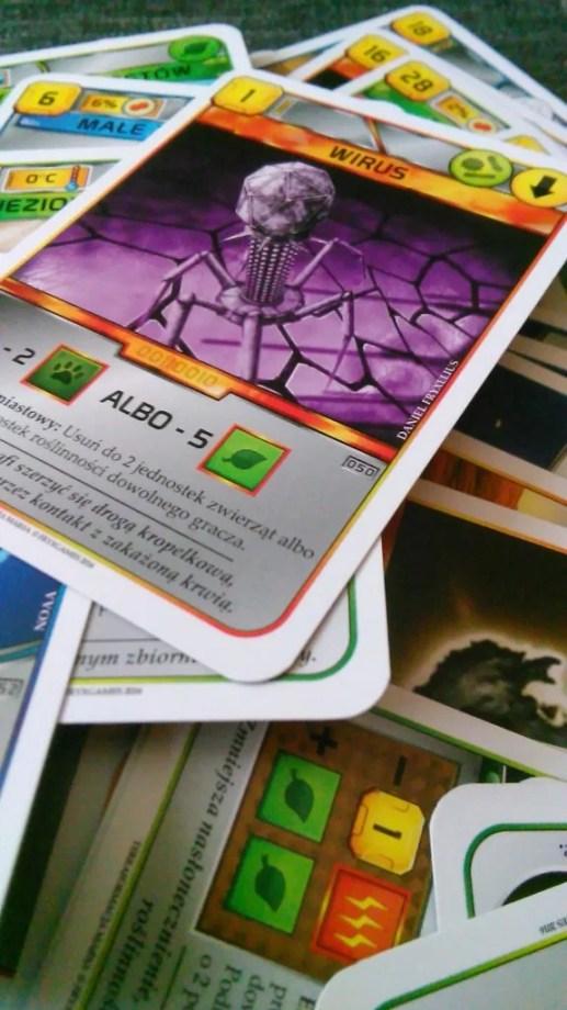 Zbliżenie na rozpakowany pliczek kart. Całe szczęście w pudełku są dwa dodatkowe woreczki, więc karty po wyjęciu z folii będą mniej narażone na zniszczenie.