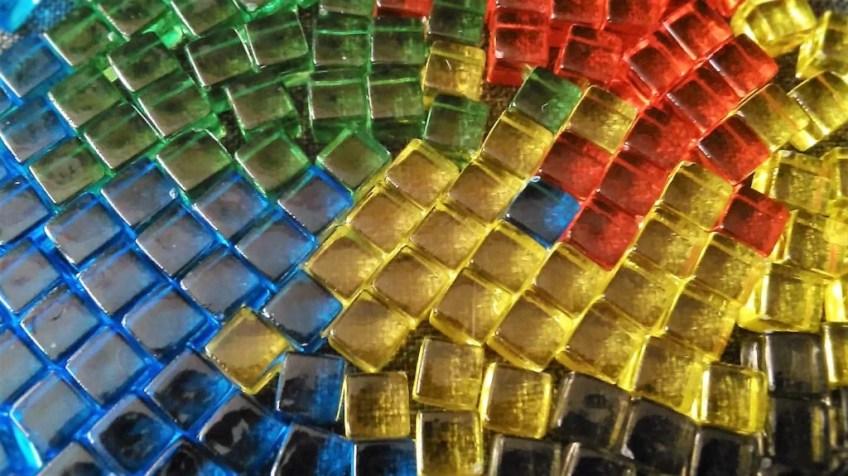 Te kwadraciki w kolorach tęczy to znaczniki graczy. Łącznie jest ich aż 200. Są przezroczyste, malutkie i cieszą oczy.