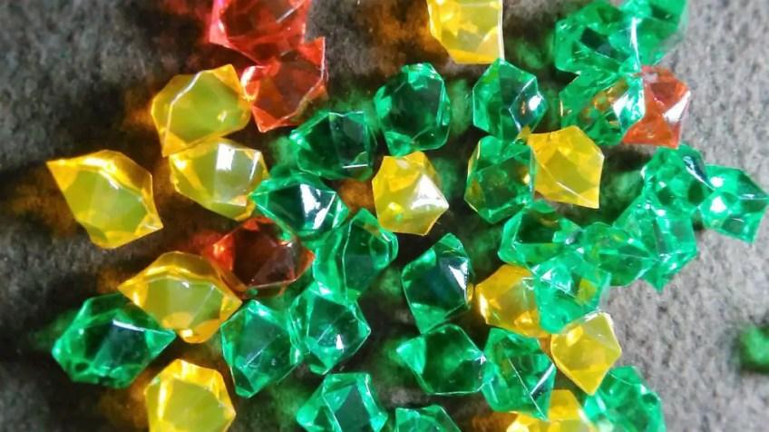 Kryształy służące do oznaczania bogactwa. W pudełku znajdziemy 30 zielonych, oraz 14 żółtych i 6 czerwonych.