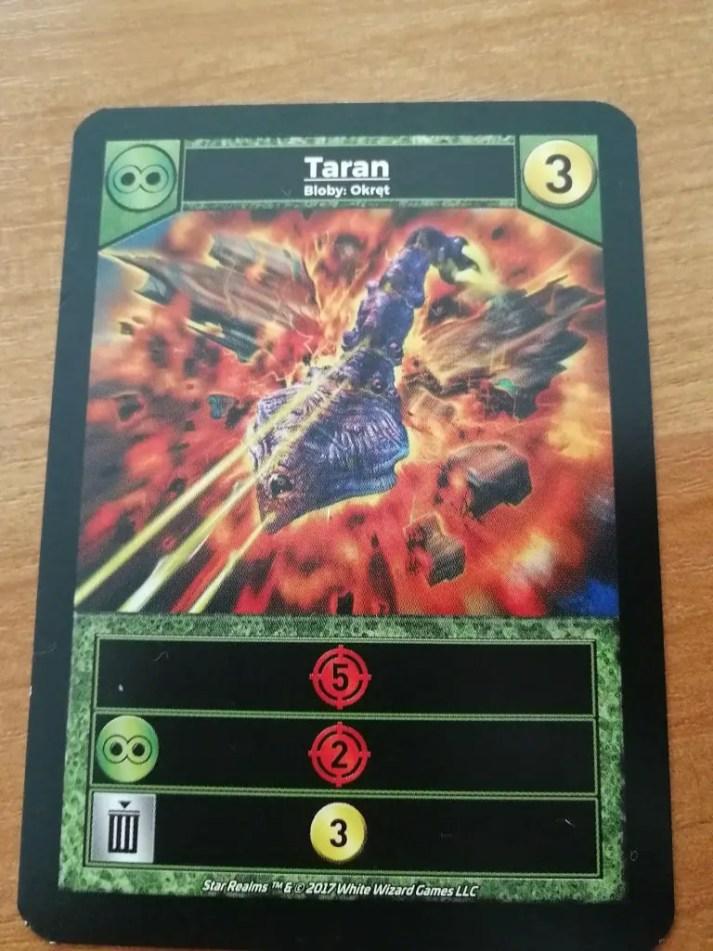 Taran posiada trzy aktywacje - pierwsza zadaje 5 pkt. obrażeń, druga zadaje 2 pkt obrażeń jeżeli mamy zagraną inną kartę frakcji blob oraz trzecią którą aktywujemy jeżeli pozbędziemy się karty na amen.