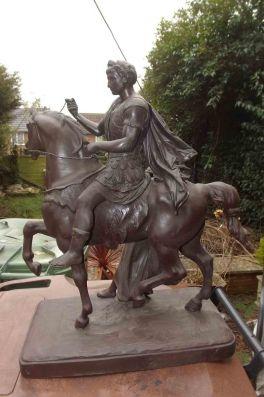 Bella escultura de peltre. Mide 54 cm y muestra a César regresando de Egipto con su prisionera Cleopatra. Procedencia Inglaterra. Siglo XIX.