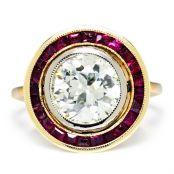 Anillo Art Decó de oro amarillo, oro blanco, záfiros y un enorme diamante al centro.