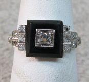 Anillo Art Decó de oro blanco, diamantes incrustados y onix negro.