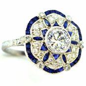 Anillo Art Decó de platino con diamantes y záfiros incrustados.