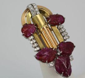 Broche Art Decó de oro amarillo, oro blanco, diamantes y rubíes tallados.