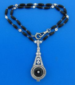 Collar Art Decó con cuentas de onix negro, diamantes y perlas. El pendientes es de platino con diamantes incrustados y un gran onix negro.