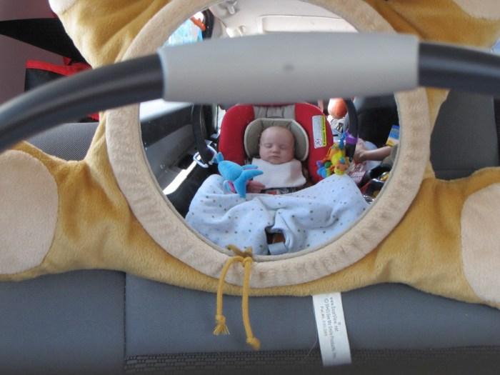 малыш в машине