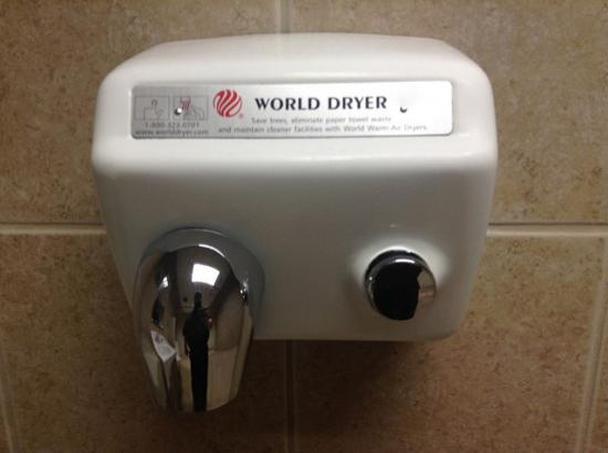 Сушилки для рук в туалетах опасны для здоровья