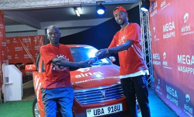 Airtel Uganda Ambassador, Eddy Kenzo handing over car keys to Kyamuffumba Bruhan during the Mega Masappe draw