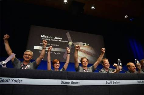মিশন সফল হবার পর জুনো টিমের বিজ্ঞানীদের উল্লাস। ছবিঃ Robyn Beck/AFP
